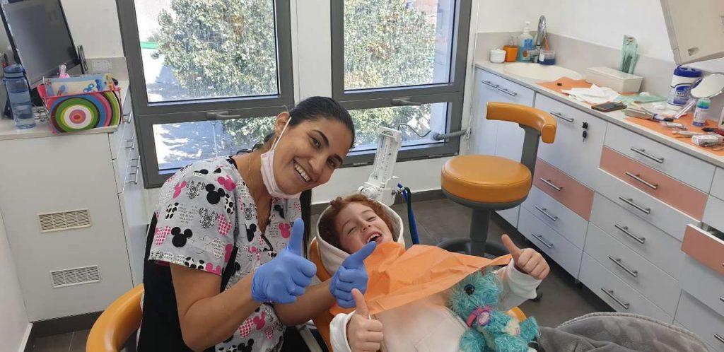 """ד""""ר נטע לם עושה לילד טיפול שיניים"""